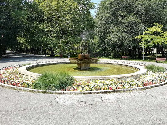 Yambol, Bulgarien: A fountain with live fish in the town garden