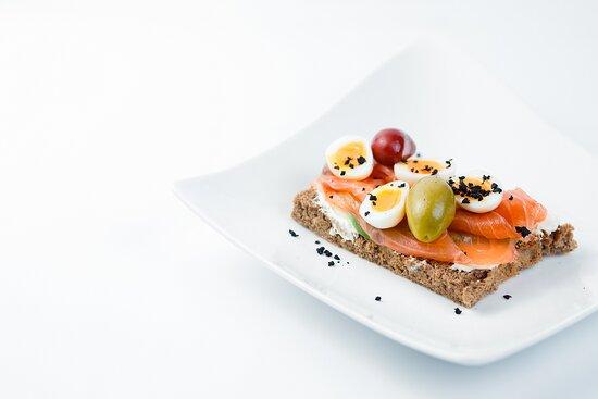Тост со слабосоленым лососем, перепелиными яйцами, оливками и крем-сыром