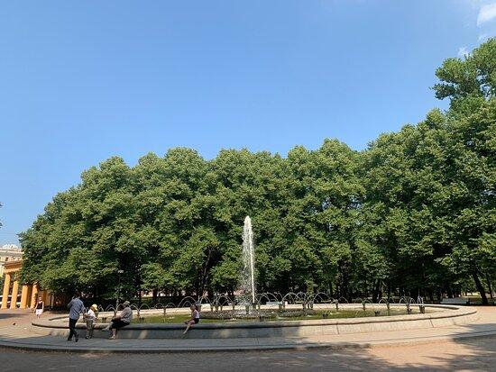 Фонтан Славы на Аллее Героев в Московском парке Победы.