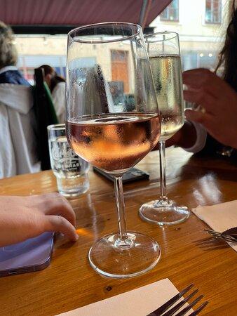 OBS!!! BESÖK INTE DETTA STÄLLE!!! TURIST FÄLLA!!!  -Avslagen pepsi hur lyckas man med det? -Avslagen Proseco, inga bubblor… -När min fru beställde vin fick hon inte knappt ett halv glas ens… -Hällde upp vin och det droppade från flaskan, så okunnig personal. Kunde haft en duk under flaskan eller något. -Vi beställde planka och det var PULVERMOS…. -Köttet till plankan smakade ingenting… fick ösa på salt och peppar. -Pastan som min frus syster beställde var så mycket fett i så det bara droppade gi