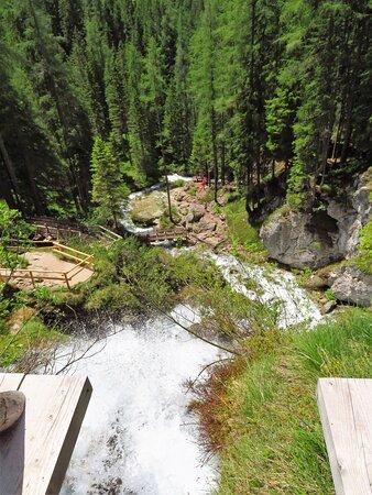 Scorcio (dall'alto) di uno dei tanti flussi della cascata superiore