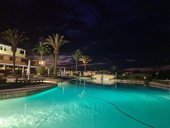 Struttura esterna molto bella, il susseguirsi delle piscine è veramente bellissimo...!  Da qui, si assiste a dei tramonti stupendii...!