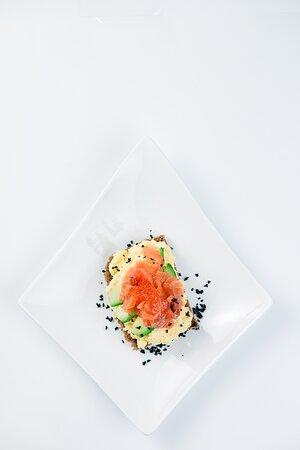 Скрембл с авокадо, слабосоленым лососем и икрой лосося