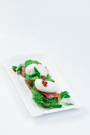 Яйца пашот с беконом и вялеными томатами