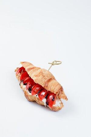 """Круассан со страчателлой, помидорами """"Черри"""" и бальзамическим кремом"""