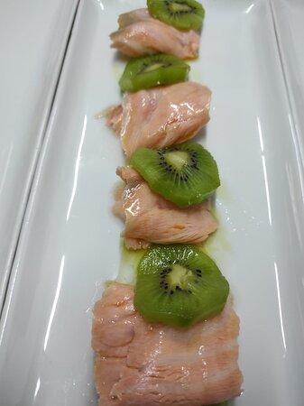 Salmone marinato con kiwi.