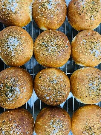 Panini per hamburger homemade. Pane a lenta lievitazione, morbido e gustoso, con sale grosso e semi di sesamo.