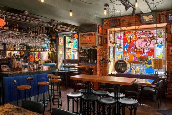 Мы – винный рестобар «Matisse» в центре Петербурга, оформленный в узнаваемых художественных тонах Анри Матисса.