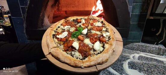 Mamy prawdziwy piec opalany drewnem, dlatego nasza pizza jest jeszcze bardziej smaczna/ We have a real wood-burning stove, That's why our pizza is even more delicious