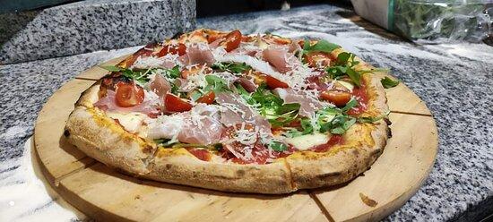 Parma, jedna z klasyków pizzy włoskiej/ Parma, one of the classics of Italian pizza.