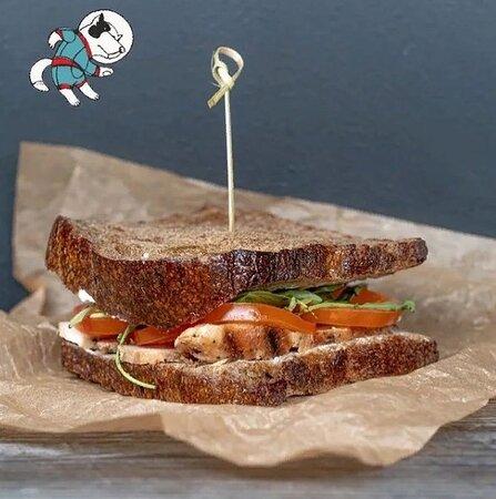 Сэндвич с курицей, помидором, миксом салатов, сырным соусом и мега вкусным хлебом на закваске