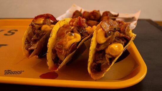 Tacos con costolette disossate, bacon, crema di cheddar, salsa al mango