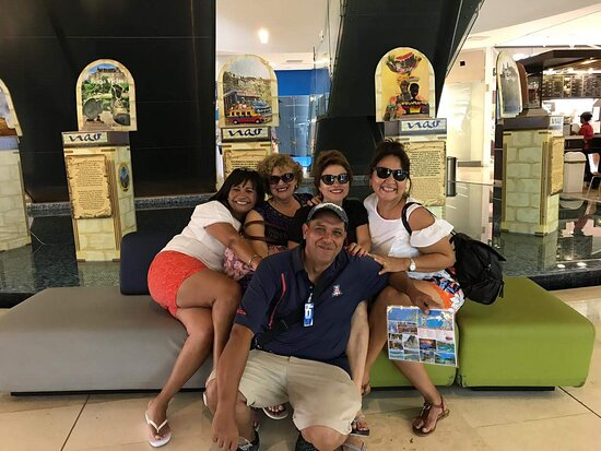Clientes que nos visitan desde Perú en un día de shopping en Cartagena de Indias Colombia