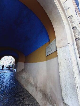 ... sino all'Arco dei Banchi