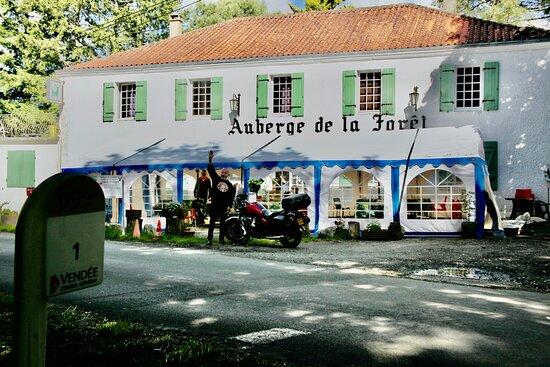 """Toujours le bon accueil de """"Dom"""" à l'Auberge de la Forêt, Mervent, en Vendée."""