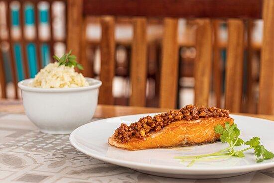 Salmão em crosta de castanha - delicioso filé de salmão coberto em crosta de castanhas de caju, acompanhado por arroz cremoso.
