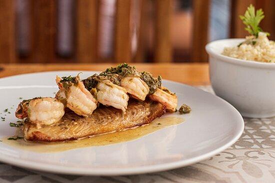 Peixe à belle meuniere - delicioso filé de peixe ao suculento molho de camarão com alcaparras, acompanhado por arroz cremoso.