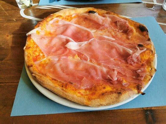 Pizza mit Prosciutto