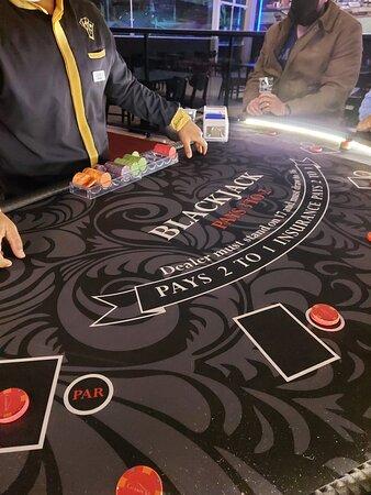 Mesa Blackjack no cassino.....tem ainda Baccarat, Poker e Roleta