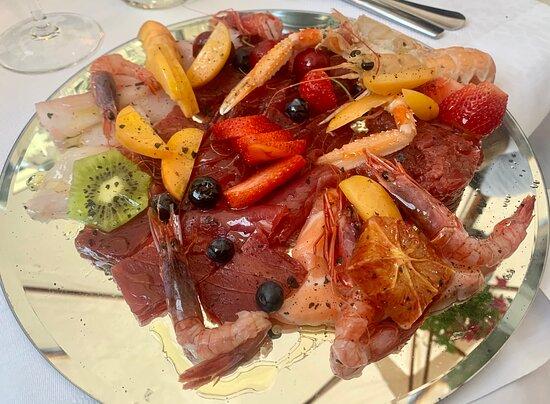 L'Ancora - PIATTI - Degustazione di antipasti crudi: ottimi e freschissimi, presentati con frutta e senza condimento eccessivo per rispettare al massimo il prodotto.