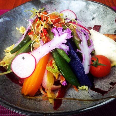 Salade de légumes du moment, crus et cuits, vinaigrette aux aromates, sablé au romarin, fromage de vache frais aux herbes
