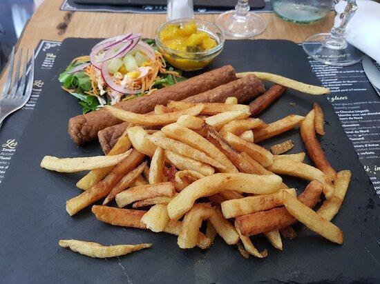 La célèbre fricadelle et sa sauce piccalilli accompagnée de frites et de salade.