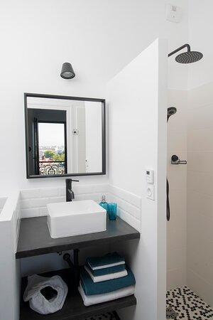salle de douche de la chambre bleue