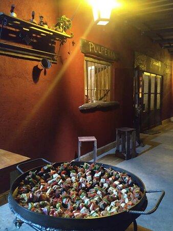 Comida Criolla. Disfrute de las especialidades de la comida uruguaya elaboradas en la Pulpería. El mejor pan casero, deliciosas pizzas y calzone horneados en el Horno de Barro. Pinchos de carne, brochetas y pollo al Disco de Arado. Carnes asadas en el Fogón Criollo. Los mejores vinos de la región, provenientes de las mejores Bodegas de la Ruta del Vino de Carmelo y Colonia y las mejores selecciones de vinos uruguayos.