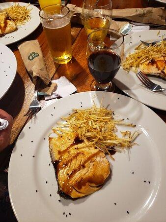 Restaurante Thai, plato fuerte salmón en salsa teriyaki