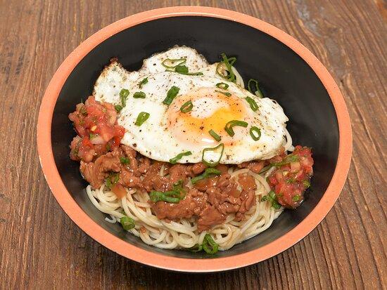 Mine bouillie à la viande de boeuf : nouille chinoise, viande wokée et oeuf au plat, queue d'oignons