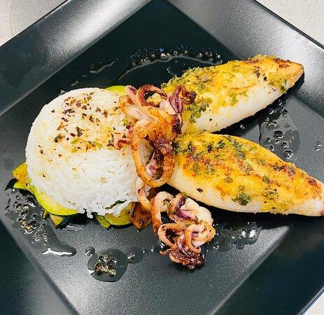 Délicieux calamars accompagnés de son riz basmati et légumes sautés
