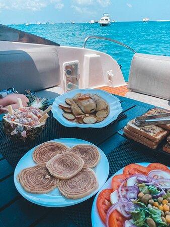 almoço servido a bordo da Lancha Vapor Noronha