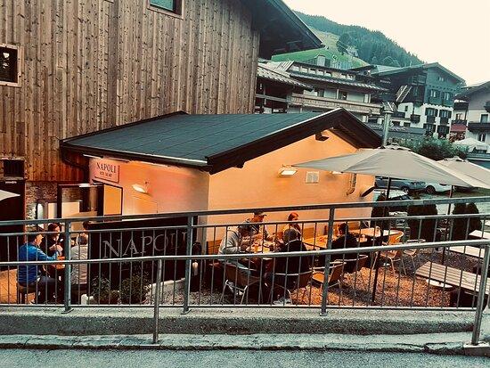 Saalbach-Hinterglemm, Österrike: NAPOLI • Bar • Pizza • Vino