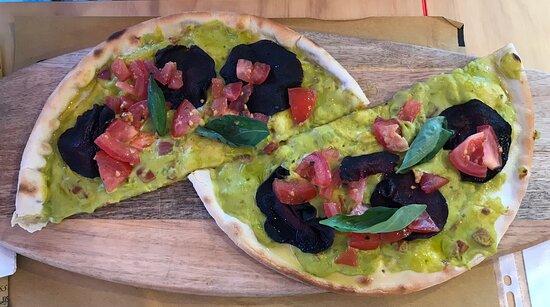 Pizza Veg (con base senza glutine, ma è possibile averla anche tradizionale) Freschissima, guacamole perfetto...