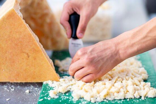 Hacemos la apertura del queso Parmigiano Reggiano como tiene que ser.