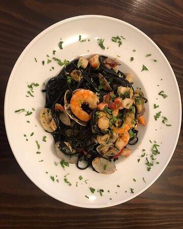 Linguini preto com frutos do mar