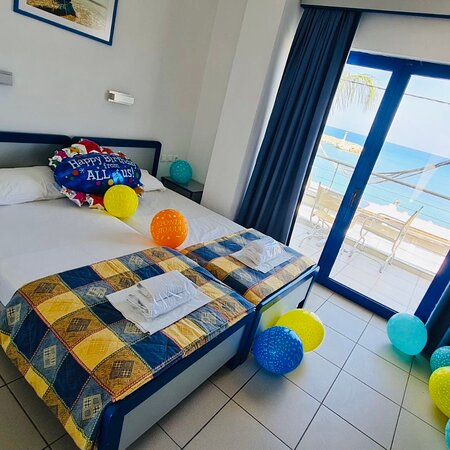 Make your loved one feel special this summer...  Happy birthday to our dear guest! 🎊🎂🎁🎉🎈  #happybirthday #instagood #family #celebration  #photography  #friends #balloons  #instagram #fun #bhfyp #traveller #travelislife #globetrotter #travelblogger #sunnydays #summervacation  #summervibes #travel #summertime #summerfun #summerlove #familyvacation #travelgram  #beachlife #greece #hersonissos #vacationmode #kassavetiscenter #kassavetishotel #crete