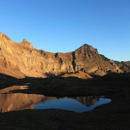 Que la montagne est belle. Levé de soleil sur un lac d'altitude.