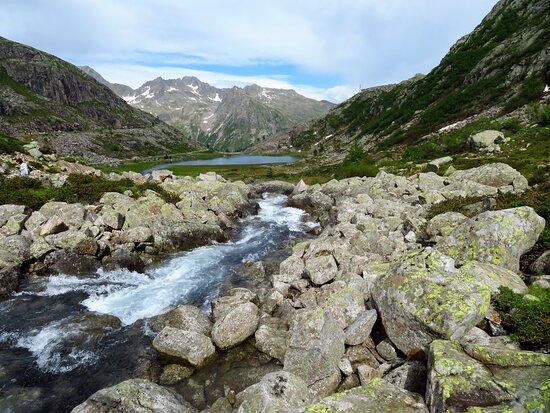 Sullo sfondo il lago inferiore e più oltre il gruppo del Brenta