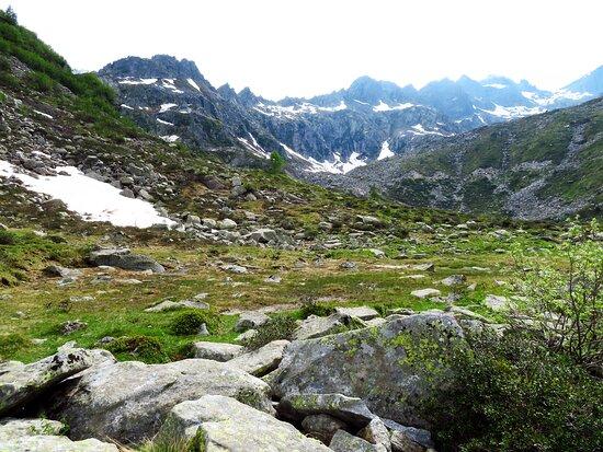 Le cime oltre i 3000 metri che chiudono ad ovest la conca dei laghi