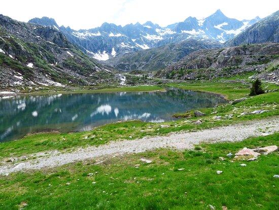 """Il lago inferiore e sullo sfondo le prime cime del gruppo della Presanella (a dx si vede la """"piramide"""" della cima Cornisello)"""