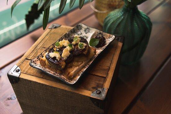 Tosta de Foie con virutas de queso de cabra y mermelada de higos