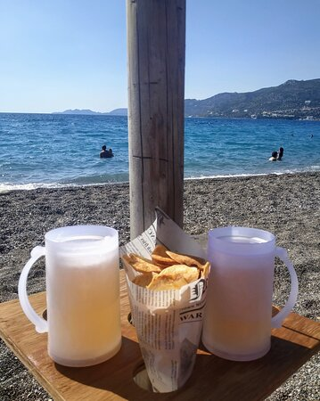 Loutraki, Grèce : Cold beer and freshly baked potato chips. Cheers!