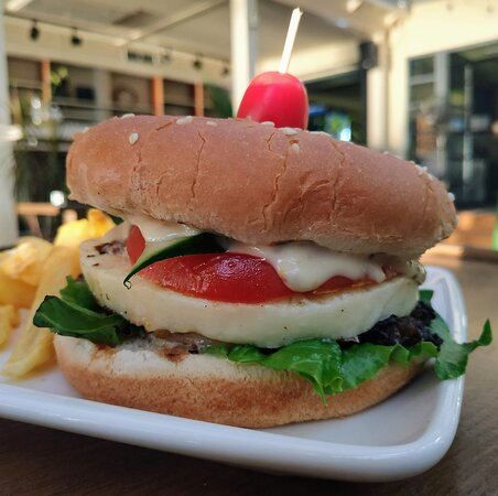 Loutraki, Grèce : Our popular vegetarian burger with talagani cheese and fries is here to work your appetite🍔🍟 Enjoy!🤤