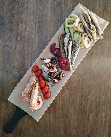 Loutraki, Grèce : Seafood platter for all of you, who love Greek summer traditions 🍤🦑🐟