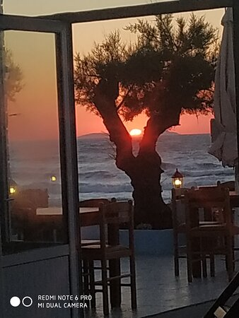 Acharavi, Grèce : Seaside restaurant with Greek food