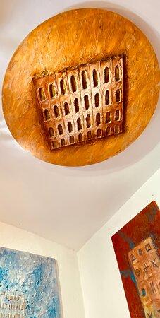 Le créateur français Tapiézo installé au cœur du Luberon, à Roussillon-en-Provence, propose des architectures abstraites de symboles universels. Tapiézo crée planète lumineuse, totem, colisée, portes de la sérénité, arbres de paix et de tranquillité. Une oeuvre intemporelle colorée et apaisante. Les visiteurs témoignent du vent nouveau et de l'enthousiasme qui souffle sur les créations de Tapiézo.  #portesdelaserenite #universalite #paintings #arches #artabstrait #3D #tapiezo