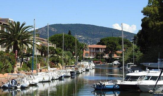 Cité lacustre, provençale, sur la rivière de la Giscle.