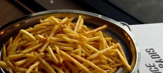 Des frites 🍟 fraîches et maison ? Lavées Pelées et Coupées avant chaque service. Cuites minute et d'origine de nos beaux champs français 🇫🇷. Un vrai régal ! 😍😛