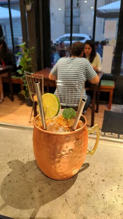Une belle carte de cocktail, comme un Moscow Mule